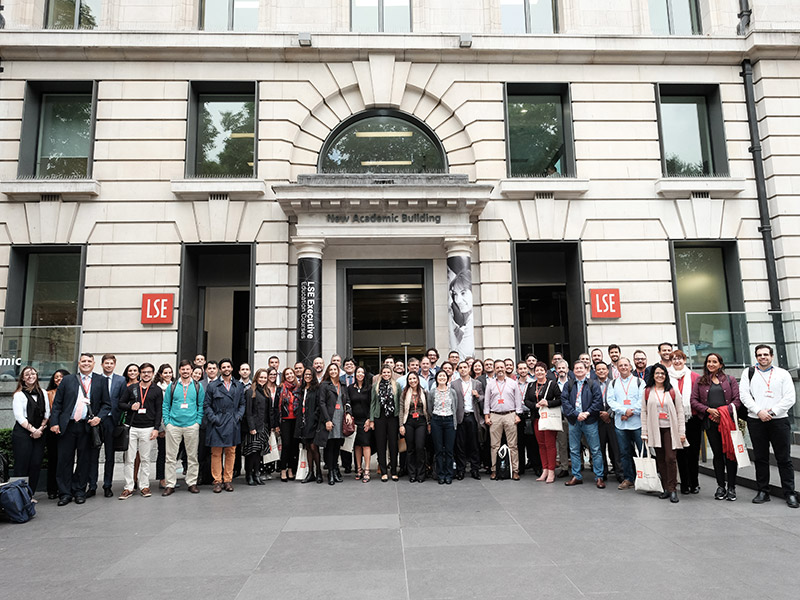 Turma em frente a London School of Economics and Political Science (LSE)